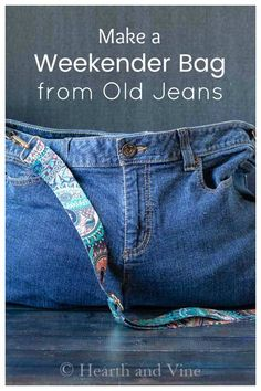 Turns your old jeans into a cute bag with this easy tutorial. A great way to recycle denim. Diy Bags Jeans, Diy Old Jeans, Denim Bag Patterns, Purse Patterns, Sewing Patterns, Sewing Projects For Beginners, Crafty Projects, Sewing Tutorials, Sewing Ideas