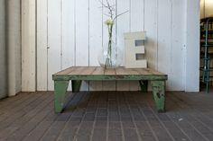 Stoere salontafel van staal (industrieel groen)met houten blad gemaakt van 'rest' hout. Het blad is behandeld met een beschermende wax. 104,5 x 85,5 x 36 cm ( l x b x h )