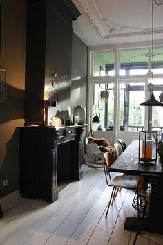 Heute spazieren wir durch die schöne Wohnung von Theo-Bert Pot und seinem Freund Jelle in Holland. Die haben ein Talent für dunkle Farben.   Ohhh... Mhhh...   Bloglovin'