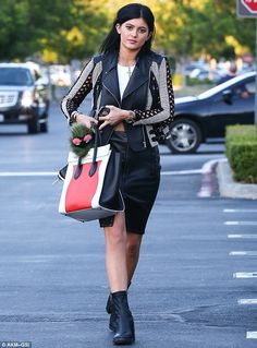 Kylie and Kendall Jenner show off their differing styles - Celebrity Street Style Style Kylie Jenner, Nails Kylie Jenner, Kendall Y Kylie Jenner, Estilo Kardashian, Kardashian Style, Kardashian Family, Style Casual, My Style, October Outfits
