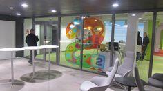 Näkymä Mediapoliksen aulasta Yle Lasten ja nuorten toimitukseen.