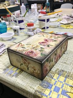Decoupage Box, Decoupage Vintage, Shabby Chic Jewellery Box, Funky Painted Furniture, Furniture Board, Gardenias, Trinket Boxes, Decorative Boxes, Creations