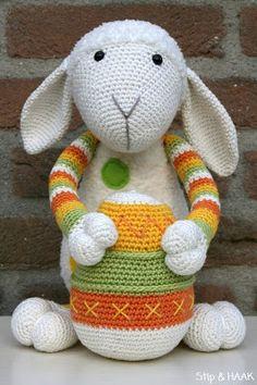 Egg pattern free from Stip en Haak. Sheep pattern you can buy. Crochet Sheep, Crochet Rabbit, Crochet Gratis, Easter Crochet, Love Crochet, Crochet Animals, Crochet Dolls, Knit Crochet, Sheep Crafts