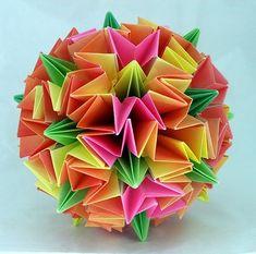 """Hola, hoy os voy a hablar del Kusudama un arte japonés de plegado de papel que a diferencia del origami, las piezas se pegan o cosen, hasta obtener una esfera perfecta.Kusudama ( ??) proviene de la combinación de las palabras """"Kusu"""" o """"Kusuri"""" en japones, que significa remedio y """"Dama"""" o """"Tama"""" que significa esfera. Estas esferas o bolas medicinales se relle ..."""