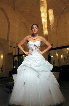 Kalocsai hímzés az esküvői ruhán.