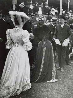 1910 I like the back of the light dress 1900s Fashion, Edwardian Fashion, Vintage Fashion, Gothic Fashion, Belle Epoque, Vestidos Vintage, Vintage Dresses, Vintage Outfits, Victorian Women
