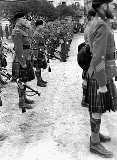The Pipe Band of the Seaforth Highlanders of Canada and the Lorne Scots (who did not have their own pipes & drums with them) taking part in the Changing of the Canadian Corps Guard ceremony, Rocca, Italy, 1 March Canadian Soldiers, Canadian Army, Canadian History, British Soldier, World War One, In This World, Scottish Warrior, Man Of War, Men In Kilts