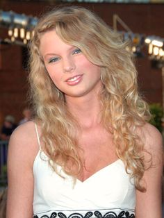 Let's start from the beginning: Here is 17-year-old Taylor Swift in one of her first public appearances, at the 2006 CMT Awards. She will wear these tight curls for the next three years.