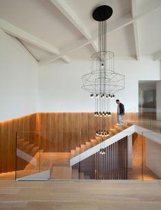 Cette résidence, réalisée en 1964 et située au cœur de l'un des arrondissements les plus prisés de Montréal, dans la partie supérieure du Mont-Royal, fut à l'origine conçue par l'architecte Pierre Cantin. Elle a été entièrement rénovée afin de lui insuffler une nouvelle élégance. Parée de boiseries, la richesse des teintes du rez-de-chaussée contraste avec la clarté de l'étage et de sa mezzanine en atrium. Les lieux sont dégarnis afin de laisser place à des espaces plus légers, plus…