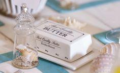 Morsom smørboks som ser ut akkurat som den originale smørinnpakningen, inkludert vekt inndelingen. Høyde 5cm Total lengde: 17cm Total bredde 11,5cm Innermål på smørboksen er 12x7x3,5cm