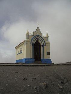 paso más alto de carreteras en Venezuela. Frente al monumento del Pico El Águila, Mérida Venezuela