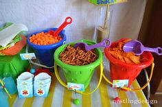 Servir salgadinhos em baldinhos de areia é ideia criativa