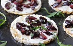 Rice cakes with goat's cheese and fried grapes / Friggs riisikakut ja paahdetut rypäleet