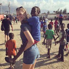 Linda por dentro e por fora @tonigarrn que está no Haiti declarou em seu Instagram que adora compartilhar imagens de seu trabalho beneficente além de belos cliques de pôr do sol e selfies. Chama-se social media e não sexy media pessoal refletiu a alemã uma das embaixadoras da Jack Brewer Foundation em missão no país caribenho. Inspiração! #regram  via VOGUE BRASIL MAGAZINE OFFICIAL INSTAGRAM - Fashion Campaigns  Haute Couture  Advertising  Editorial Photography  Magazine Cover Designs…