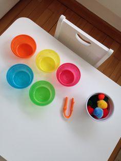 Vamos separar os pompons por cor!  Atividade montessoriana.
