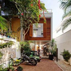 Casa em terreno estreito muda escada para ampliar espaço