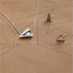 Liidokki-korusarjan hopeiset tyylikkäät korvakorut.Korumuotoilija Minna Vainikan käsissä muotonsa saaneet korut ovat sydämellä ja ammattitaidolla tehty. Arrow Necklace, Jewelry, Jewlery, Jewerly, Schmuck, Jewels, Jewelery, Fine Jewelry, Jewel