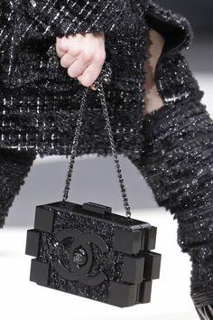 Avec Leasy Luxe, offrez-vous le Lego Bag de Chanel et emmenez tous vos essentiels en soirée ! www.leasyluxe.com #shining #nightout #leasyluxe