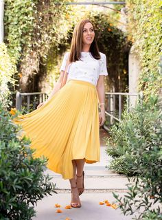 Sydne Style shows summer outfit ideas in yellow pleated skirt and tee Yellow Skirt Outfits, Yellow Pleated Skirt, Pleated Skirts, White Linen Suit, Tight Prom Dresses, Types Of Skirts, Fruit Print, Crop Top And Shorts, Popular Dresses