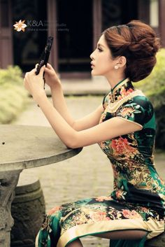 Qipao (Cheongsam) is a female dress with distinctive Chinese features and enjoys a growing popularity in the international world of high fashion. It is said that Qipao is the earliest fashion for women in Shanghai. Traditional Fashion, Traditional Dresses, Traditional Chinese, Hanfu, Fashion Vestidos, Cheongsam Dress, Chinese Clothing, Chinese Dresses, Ao Dai