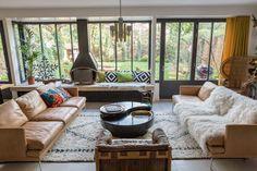 Comment protéger ses baies vitrées || Le salon de Sophie Hanniet avec de larges ouvertures vers le jardin