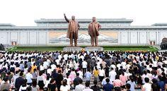 위대한 수령 김일성동지와 위대한 령도자 김정일동지의 동상에 인민군장병들과 각계층 근로자들, 청소년학생들 꽃바구니 진정