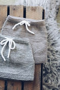 Diy Crafts - Rock,Spitze-Perle Spitze Rock Knitting How To Knit? Knitting is becoming surprisingly common again in today's world, where everything Knitting For Kids, Easy Knitting, Baby Knitting Patterns, Knitting Projects, Knitting Socks, Crochet Baby, Knit Crochet, Baby Skirt, Knitted Baby Clothes