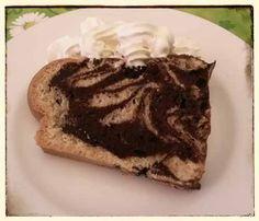 veganer Marmorkuchen Stück mit Sojasahne, ausprobieren...