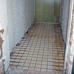 2/15 Hirret ja betonilattia eivät sovi yhteen. Koska käytävän runko oli muuten tiilinen ja käytävän muoto sopiva päätettiin myös lattia toteuttaa kiviaineisena. Käytävään tehtiin ns. liittolaatta eli kahden kiven tiiliseinästä piikattiin yhden tiilivarvin kohdalla puolet pois ja uusi raudoitetettu betonilaatta saatiin tätä kautta upotettua seinän sisään jolloin rakenteeseen ei jäänyt saumakohtia ja seinät kantoivat laatan. Kuvassa valua varten on tehty alhaalta valumuotti ja raudoitukset…