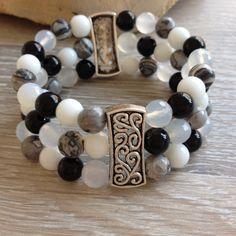 Divider armband van 8mm wit schelp, zwart onyx, landschap jaspis en wit agaat met metalen sierstukken. Van JuudsBoetiek; €20,00. Bestellen van via juudsboetiek@gmail.com, via persoonlijk bericht of www.juudsboetiek.nl.