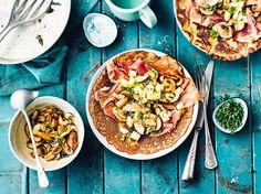 Leckere Pfannkuchen, gefüllt mit Pilzen und Schinken.