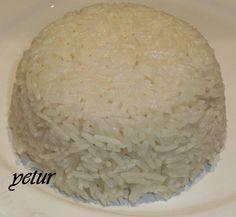 yaklaşık 20 yıldır pirinç pilavını düdüklü tencerede pişiririm.hangi tür pirinçle yaparsanız yapın her zaman muhteşem olur….şehriyeli,nohutlu,sebzeli, domatesli,tavuklu,köfteli vb…hepsini pişirebilirsiniz. makzemeler: 1 su bardağı pirinç (300 ml) 1 su bardağı et veya tavuk suyu eğer yoksa 1 su bardağı su + 1 tavuk suyu tableti 1 yemek kaşığı sade yağ yoksa tereyağı 1 yemek kaşığı sıvıyağ 1 çay kaşığı sirke (pilavın daha kabarık görünmesini sağlıyor) 1 tane kesme şekerve düdüklü tencere