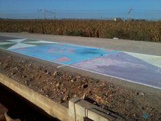 Azulejos de 25m2. Camino Cementerio Silla. Pintado antes días antes del día de los difuntos. Camino que pasa por un almacen de azulejos: Sumarca2000. Material : Cal y tintes La Nave.