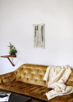 wall hanging decor and velvet couch Home Interior, Interior And Exterior, Interior Decorating, Interior Design, Bohemian Interior, My Living Room, Home And Living, Living Spaces, Home Design