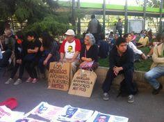 Estudiantes reciben apoyo de otros sectores en su demanda de educación gratuita y de calidad en #Chile. (Foto: @RaulteleSUR)