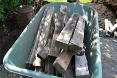 Creating a pallet wood garden walkway is easy and cheap! The secret to this walkway is using pallet or crate boards with a little more depth for water run off. Wood Pathway, Slate Walkway, Brick Walkway, Walkway Ideas, Front Walkway, Used Pallets, Wooden Pallets, Pallet Wood, Pallet Boards