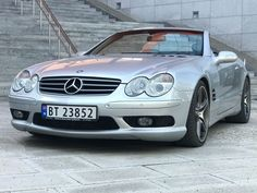 """Meget pen SL 500 med riktig fargekombinasjon. Bilen fremstår som vellholdt og godt tatt vare på Fine 19"""" hjul som kler bilen godt med gode sommerdekk. Det er i senere tid blitt montert defuser, Amg vinge og effektanlegg med 4 rør ut bak og AMG fanger foran. Bilen er meget godt utstyrt med mengder av moderne teknologi, som bla. Fullelektriske seter m memory, massasje, pnaumatisk styring av sentr... Mercedes Benz, Bmw"""