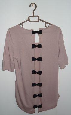 Comment faire d'un simple tee-shirt une pièce unique et sophistiquée : un tee-shirt dos-nu orné de rubans. Une customisation pour les débutants en couture !                                                                                                                                                                                 Plus