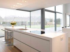 Moderne keuken • wit • glaspartijen • architect Kathleen Nuyens # livios.be