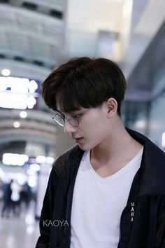 Li Hong Yi   李宏毅 He really looks good with glasses Korean Haircut Men, Healer Drama, My Shy Boss, Li Hong Yi, China People, Chinese Babies, Drama Korea, Haircuts For Men, Handsome Boys