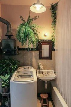 Apartamento pequeno decorado com lavanderia no banheiro Projeto de Casa Aberta Bathroom Mirror With Shelf, Bathroom Mirror Design, Bathroom Sink Decor, New Bathroom Ideas, Bathroom Plants, Bathroom Pink, Diy Mirror, Wood Mirror, Bath Shelf