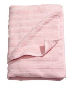 Duschhandtuch aus dickem Baumwollfrottee mit Webstreifenstruktur. Schlaufe oben und unten.