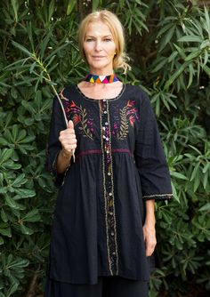 "Tunic ""Eden"" in organic cotton Finely worked tunic with small ferocious flowers and a cunning snake that winds over the shoulder. All beautifully embroidered on a light structure woven quality. Pearl buttons and side pockets. Regular fit, roomy over the hips. Length / M: 86 cm Item number 72610 Price SEK 995"