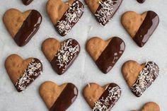 Peberkagehjerter http://anneauchocolat.dk/kager/2-december-peberkagehjerter-dyppet-i-chokolade-og-ristet-kokos/