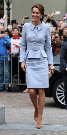 Kate Middleton em outubro de 2016 com um Catherine Walker azul claro (Foto: Getty Images) Work outfits for dresses casual outfits classy fashions lovely 2019 fall dress outfits Princess Kate, Kate Middleton Look, Estilo Girlie, Princesse Kate Middleton, Diana Williams, Casual Chique, Estilo Real, Prince William And Kate, Royal Fashion