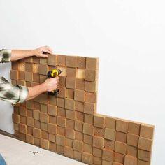 Painel para parede com blocos de madeira.  Saiba como fazer seu painel para parede com blocos sobrepostos. Veja fotos, se inspire e faça o seu em três passos simples.