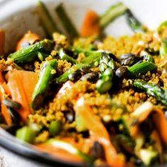 Spargelsalat mit Knusper-Quinoa // Weitere Rezepte gibt's hier: http://bzfd.it/16leckereSpargelRezepte