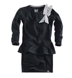 Z8 Limited Edition jurk model Agatha. Deze peplum dress is voorzien van een strikcorsage en heeft lange mouwen - Zwart - NummerZestien.eu