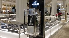 It jumps, grabs the product and lets it go again a few moments later. Our robot has become the darling of Selfridges. Un raptor Hublot anime désormais… Saute, Art And Technology, Robot, Kitchen Appliances, Anime, London, Products, Diy Kitchen Appliances, Home Appliances
