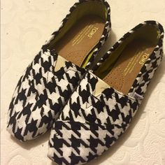 NEW houndstooth TOMS 8 New in box. These say size 9 but this particular style fit way small. I can usually still fit into an 8.5 but these did not work for me. I would said they're perfectly a size 8 TOMS Shoes